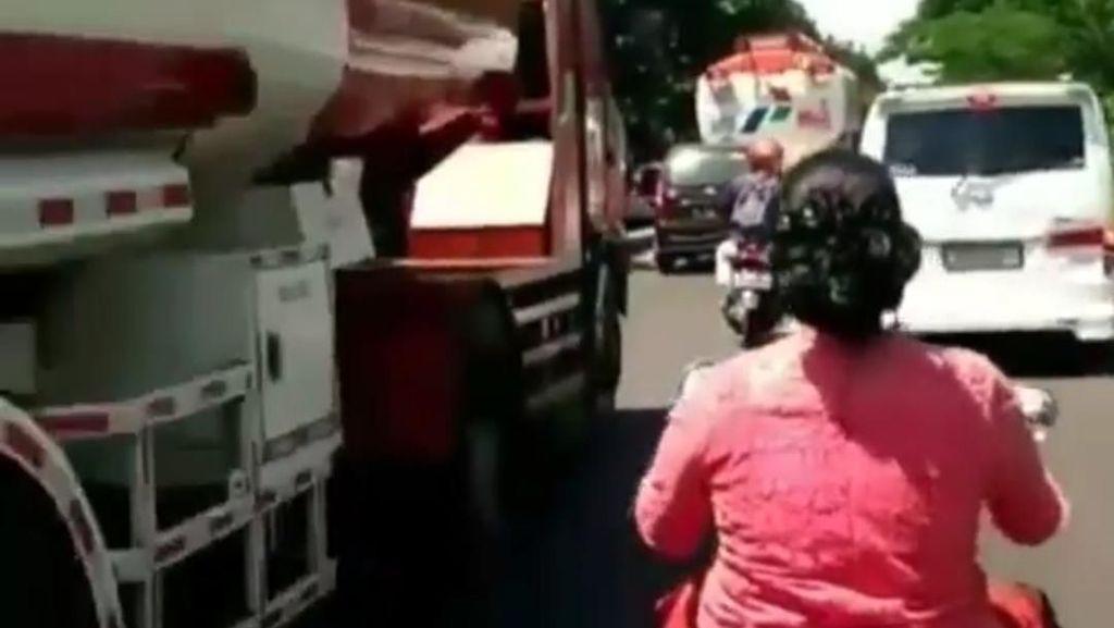 Polisi Tidak Tilang Emak Berkonde Terobos Macet di Bandung