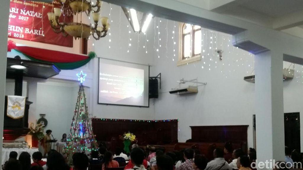 Suasana Khidmat Ibadah Natal di Gereja Ayam