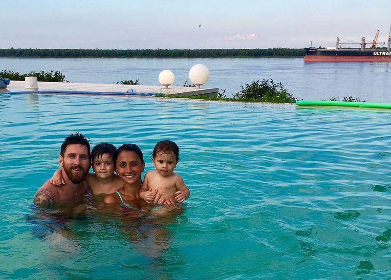 Dilihat detikTravel dari Instagram pribadinya, @leomessi dirinya kerap memposting foto-foto liburan bersama keluarganya. Tidak jauh-jauh dari air yang artinya suka berlibur ke wilayah pesisir, bermain di kolam renang sambil memandangi lanskap lautan di depan mata (Instagram/@leomessi)