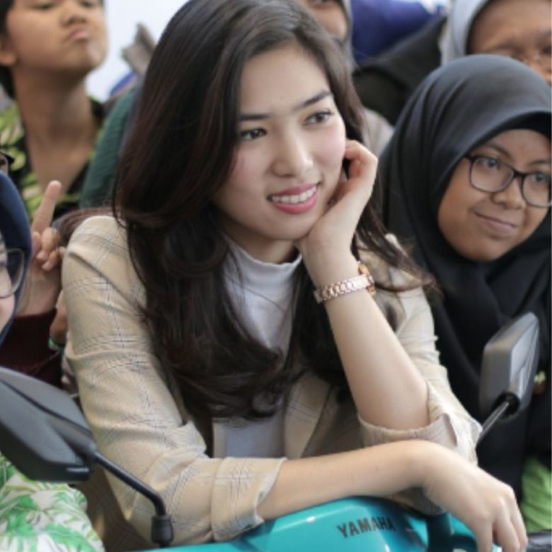 Ratusan Fans Meriahkan Mio S Roadshow Concert with Isyana di Bandung