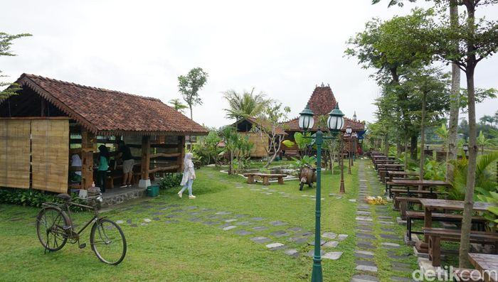 Wedang Kopi ini berada di Jalan Manisrenggo KM 1, Bugisan, Prambanan. Di sini Anda bisa mencicip beragam kopi sambil makan enak. Dijamin puas dan bisa cuci mata melihat sawah.