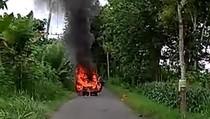 Diduga Korsleting, Mobil Sedan Terbakar di Tulungagung