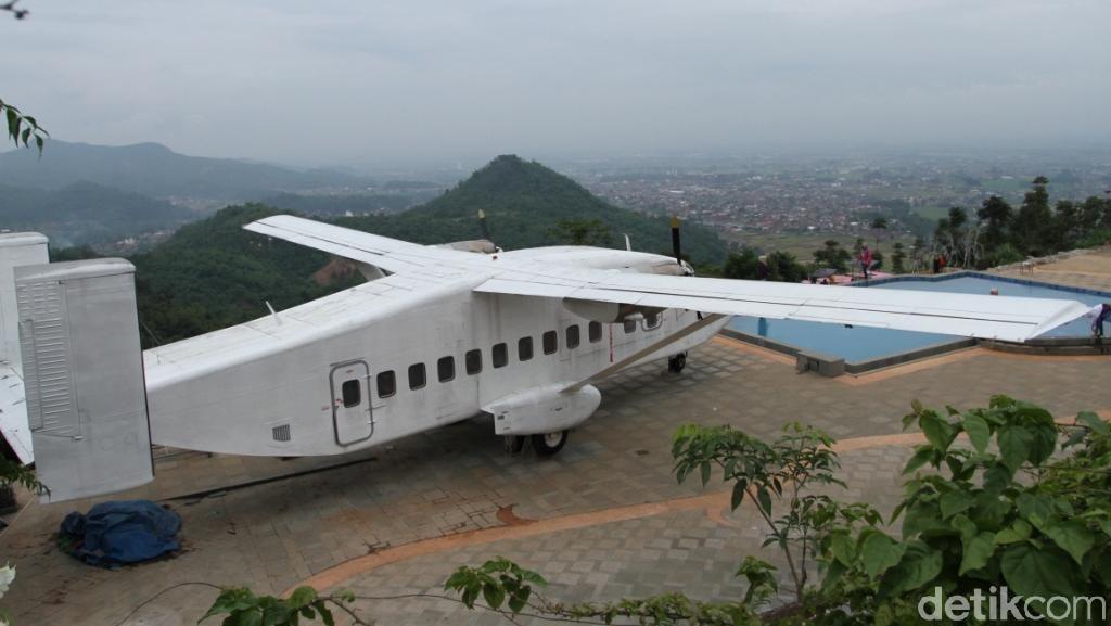Foto: Ada di Bandung, Pesawat Parkir di Atas Gunung