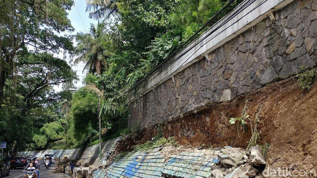 Tembok Mural di Jalan Siliwangi Bandung Ambrol