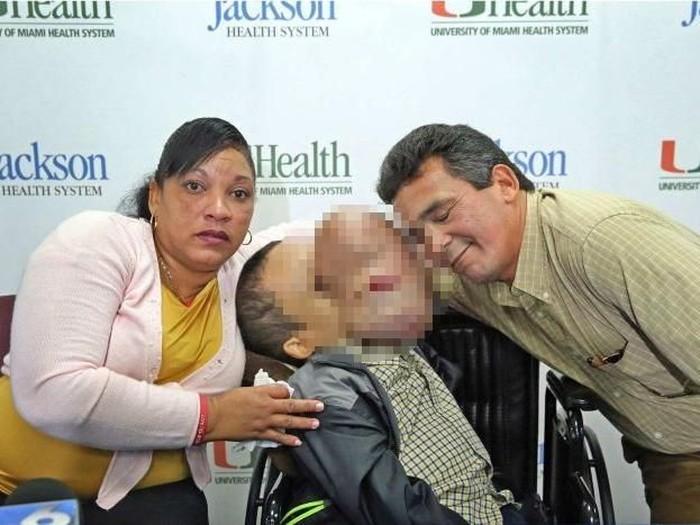 Emanuel bersama orang tuanya. (Foto: ABC Australia)