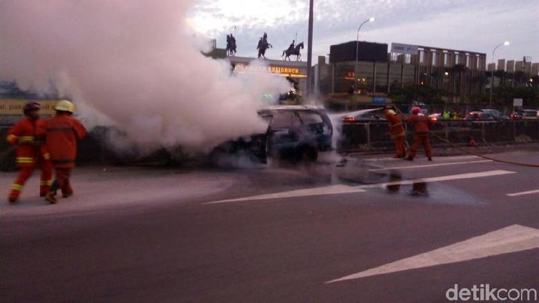 Kebakaran Mobil di Tol JORR Cengkareng, 1 Orang Tewas