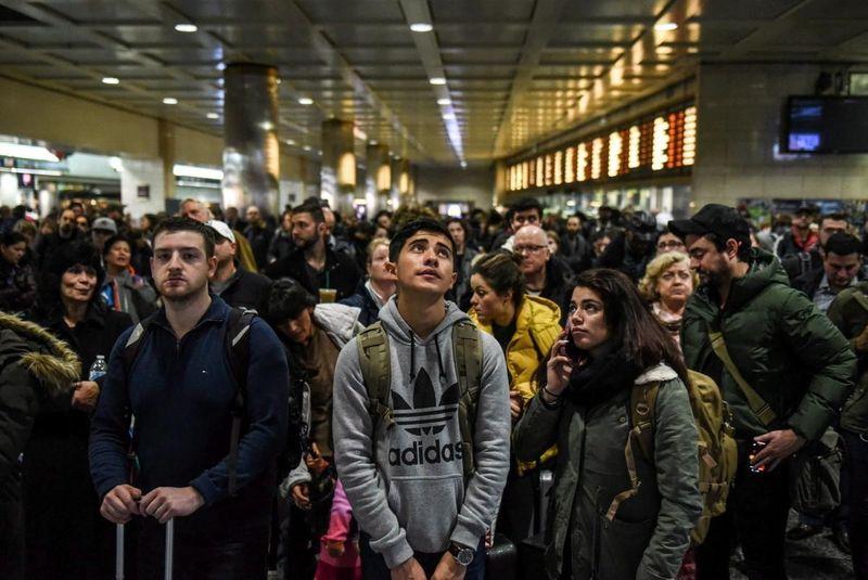 Yang namanya mudik, ternyata bukan hanya ada di Indonesia saja. Penduduk New York juga ingin mudik menyambut liburan Natal. Begini kepadatan di Stasiun Kereta Penn Station di Manhattan pada Sabtu (23/12) akhir pekan lalu (Stephanie Keith/Reuters)