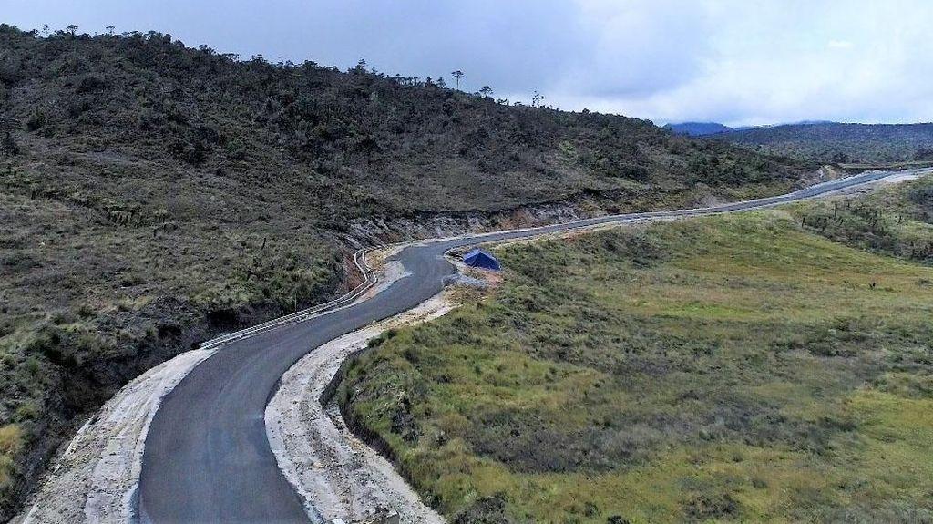 Indahnya Jalan Trans Papua di Antara Pegunungan