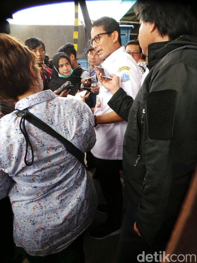 Gaya Sandiaga Blusukan di Pasar Cipinang Pakai Sepatu 910