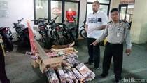 Jelang Tahun Baru, Polisi Sita Ratusan Kardus Petasan di Jatinegara