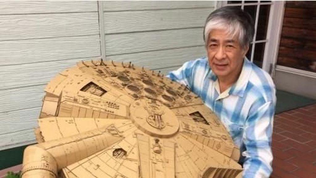 Pria Ini Sulap Kardus Bekas Jadi Robot Gundam Hingga Batmobile