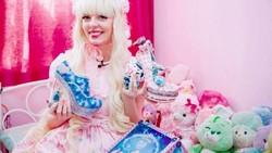 Gadis ini menghabiskan dana ratusan juta untuk bisa tampil seperti boneka. Ternyata ada cerita pilu di balik kegemarannya ini.