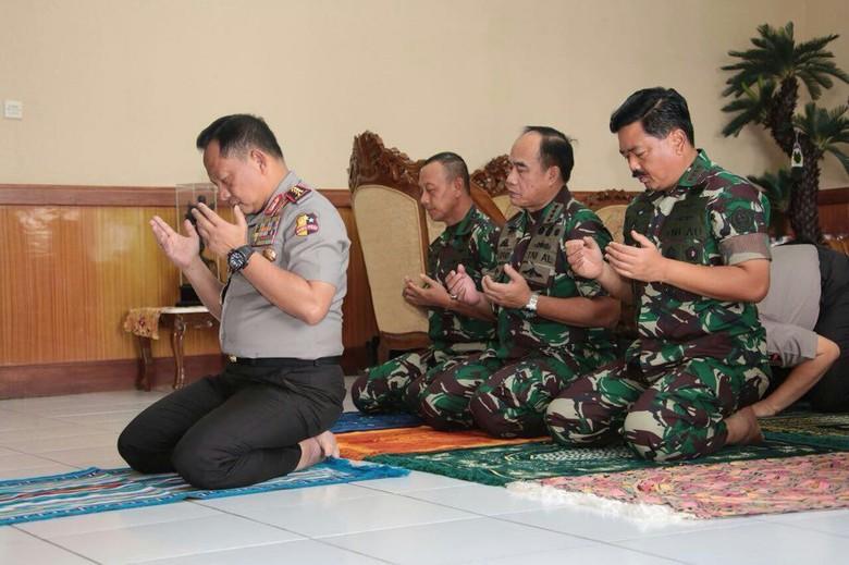Ketika Kapolri Jadi Imam Salat Asar 3 Jenderal TNI