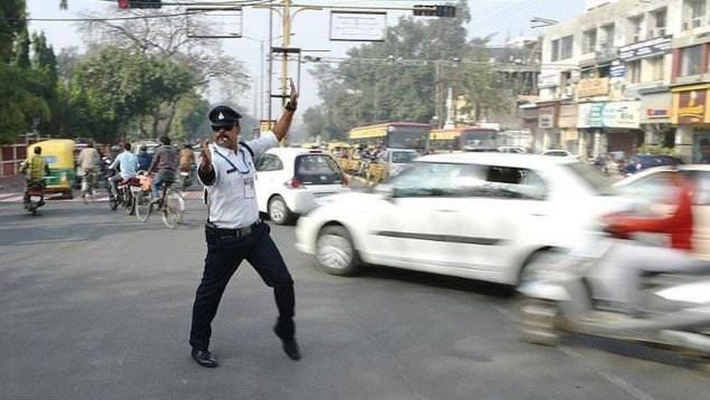 Atur Lalu Lintas Sambil Moonwalk, Polisi India Ini Jadi Fenomena