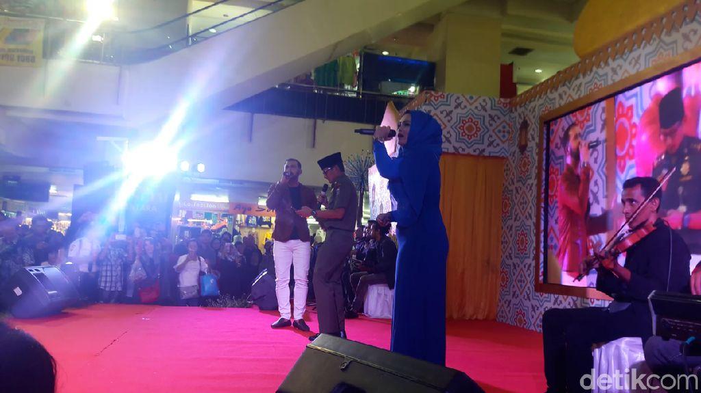 Di Thamrin City, Sandiaga Kembali Unjuk Gigi Berjoget dan Bernyanyi