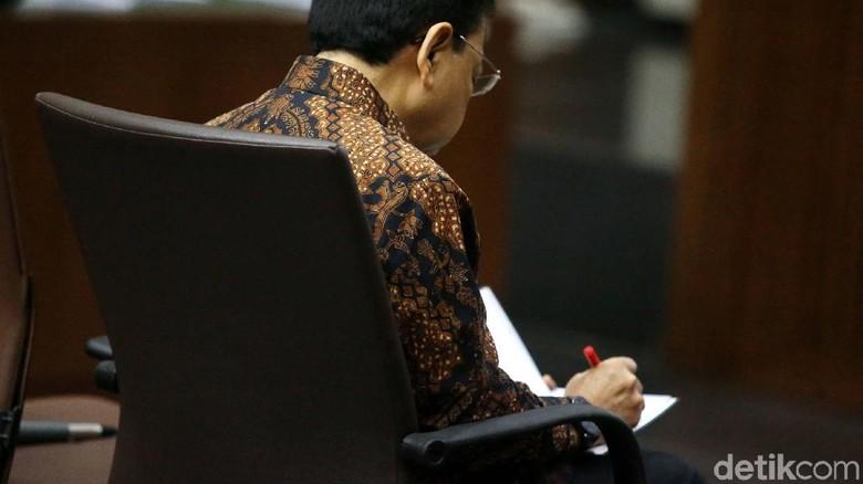 Dengarkan Jawaban Jaksa, Novanto Menunduk dan Mencatat