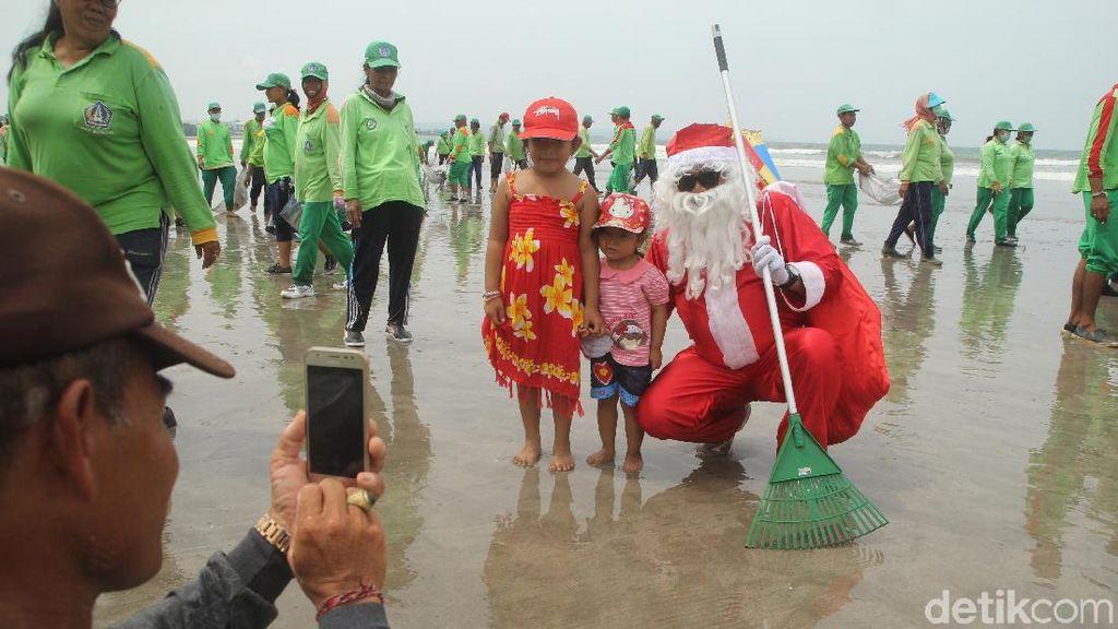 Foto: Sinterklas Sampai Batman Bersih-bersih Pantai Kuta