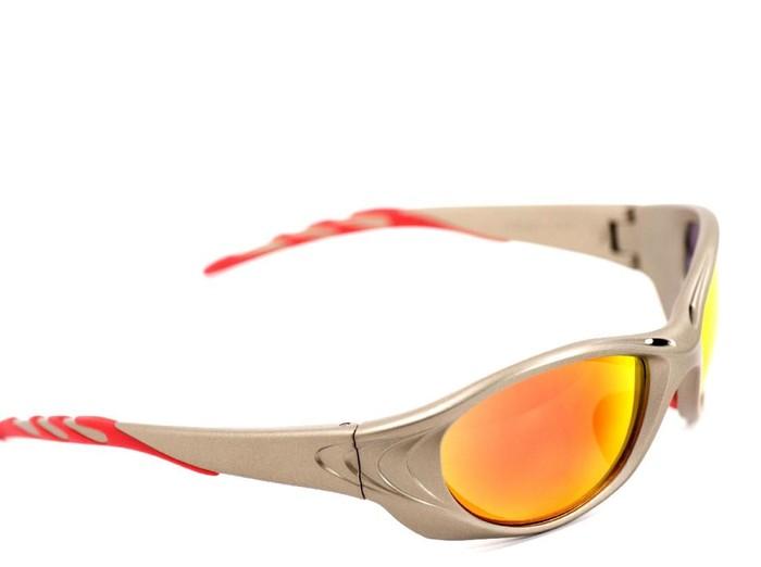 Paparan cahaya biru dari gawai dapat berkurang dengan lensa kacamata berwarna sawo matang. (Foto: Thinkstock)