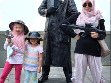 Hmm, kayak bintang film action ya Zaskia dan kedua putrinya. (Foto: Instagram Zaskia Mecca)