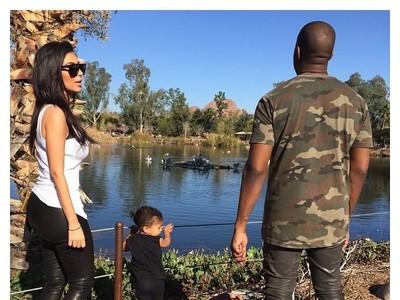 Foto: Begini Gaya Liburan Kim Kardashian Sekeluarga