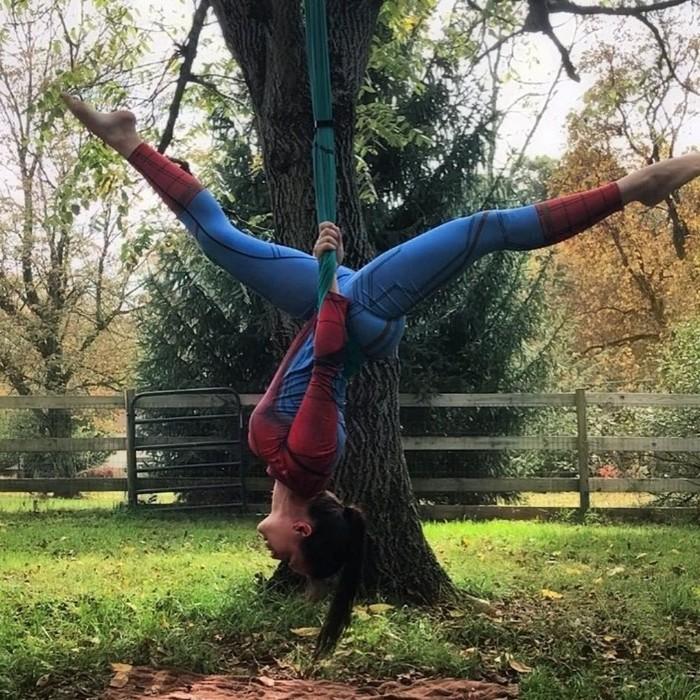 Memakai kostum spiderman, wanita ini sedang latihan aerial yoga. Postur tubuhnya cocok dengan sang tokoh pahlawan super yang suka bergelantungan terbaik. (Foto: Instagram/wingedwolfaerial