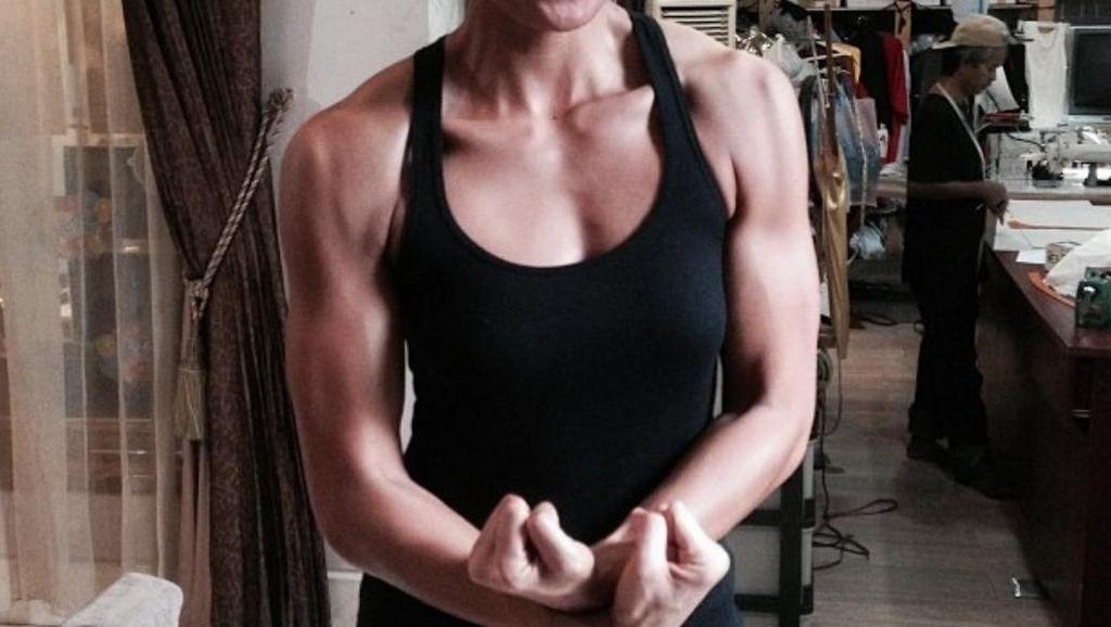 Foto: Gaya Agnes Monica Saat Olahraga dan Pamer Otot