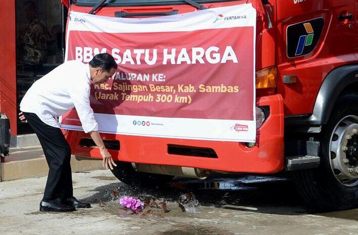 Presiden Joko Widodo (Jokowi) meresmikan 17 titik penyalur Bahan Bakar Minyak (BBM) satu harga di Pontianak, Kalimantan Barat, Jumat (29/12/2017). Hal itu dilakukan secara simbolis dengan memecahkan kenci ke truk. Pool/Kris/Biro Pers Setpres.