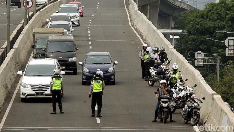Polisi Tilang Pemotor yang Menerobos JLNT Casablanca