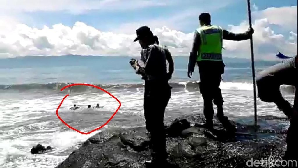 Aksi Dramatis Penyelamatan Wisatawan Terseret Ombak di Sukabumi
