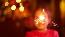 Tips Aman Nonton Pesta Kembang Api Bersama Balita di Tahun Baru