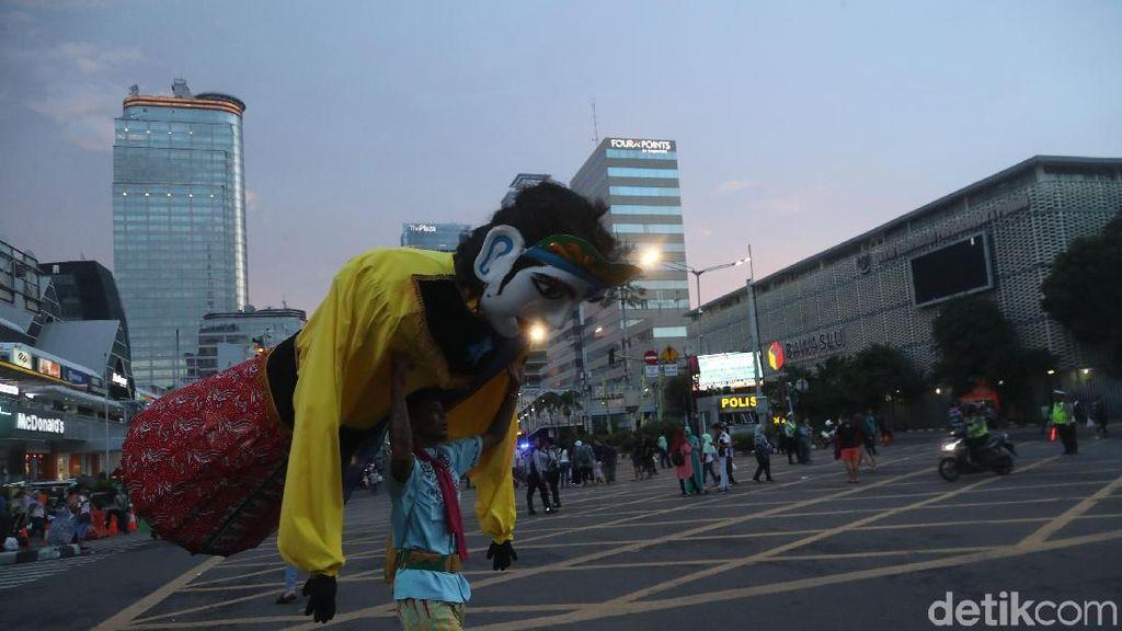 Jl Sudirman-Jl Thamrin Ditutup, Warga Berdatangan ke Monas