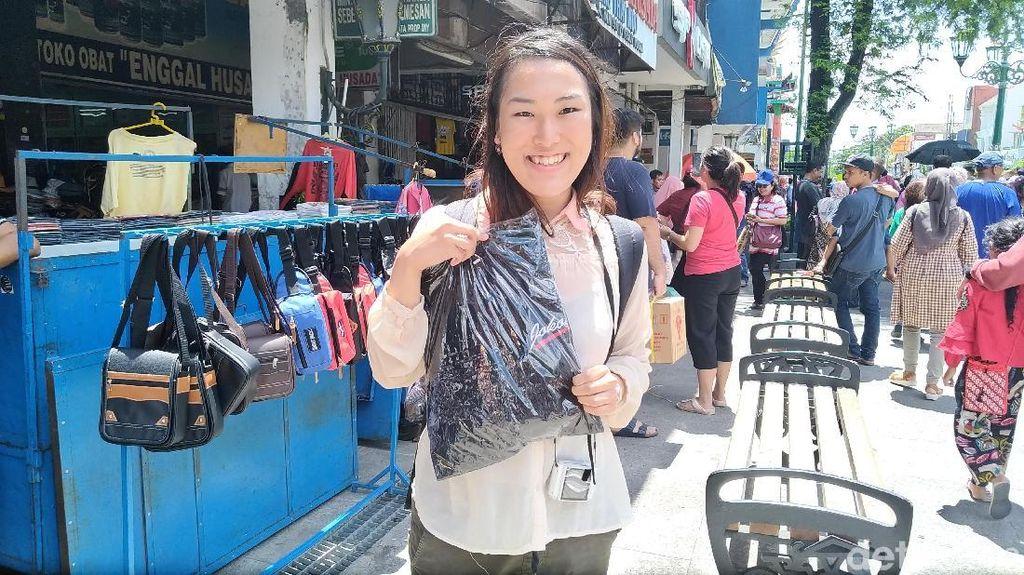Dapat Kaos dari Jokowi, Yuna Si Gadis Jepang Senang Sekali