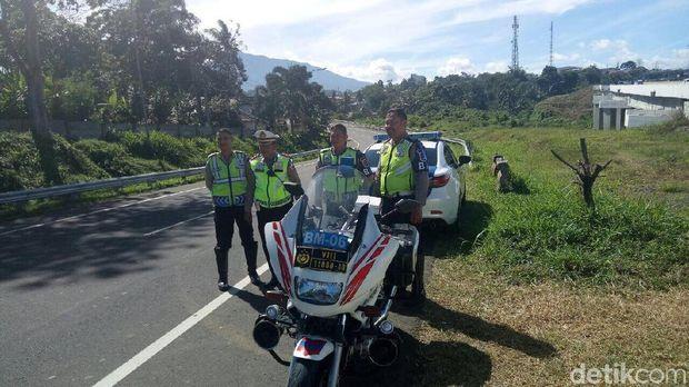 Personel Polres Bogor memantau arus lalin di Puncak