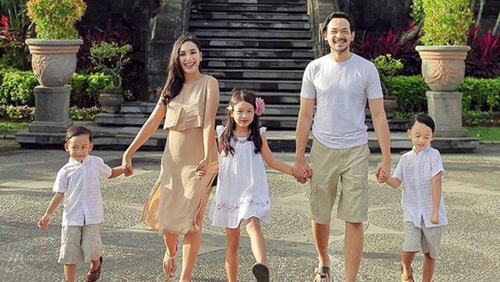Momen-momen Hangatnya Kebersamaan Keluarga Oka Antara