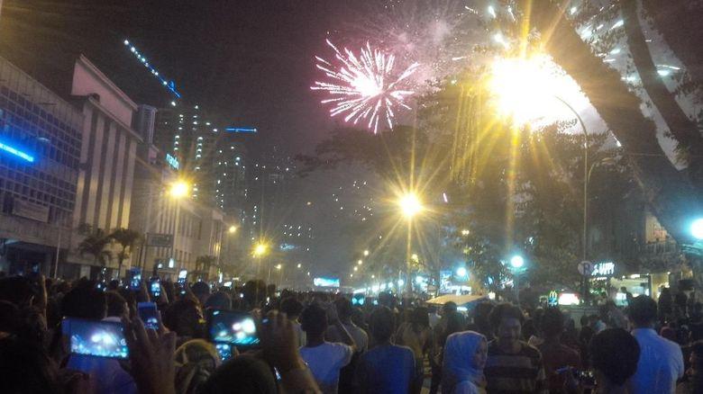 Warga Menyemut di Lapangan Merdeka, Tahun Baru di Medan Meriah