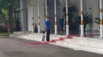 Potret Jokowi Tuntun Cucu Tapaki Karpet Merah di Gedung Agung