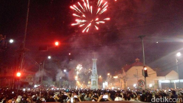 Melihat Meriahnya Pesta Kembang Api di Tugu Yogya