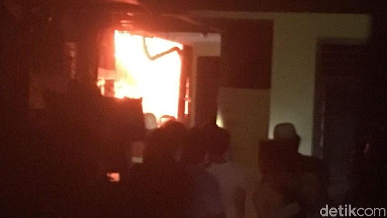 Gang Sempit, Petugas Kesulitan Padamkan Api di Kebakaran Mampang