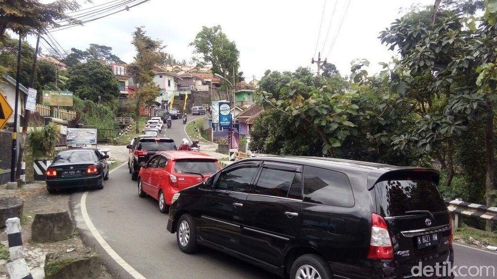 Arus Lalin Menuju Kawasan Wisata Bandungan Semarang Padat Merayap