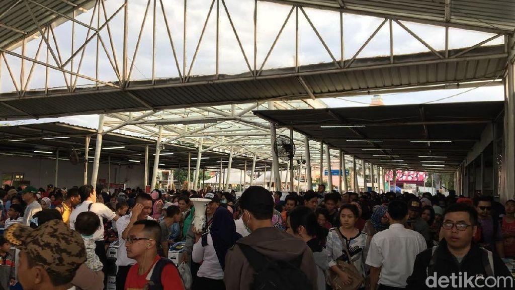Penumpang Membeludak di Stasiun Bogor saat Libur Tahun Baru