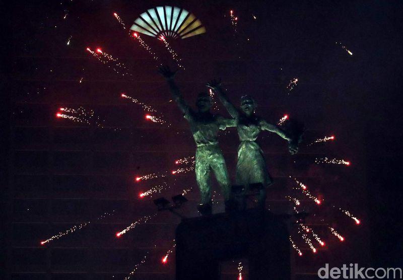 Kemeriahan pesta Tahun Baru 2018 tentunya masih segar dalam ingatan. Di Jakarta, kemeriahan pun berpusat di Bundaran HI hingga Monas (Grandyos/detikTravel)