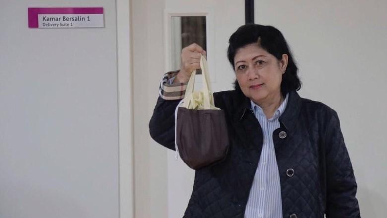 Momen Ani Yudhoyono Kuburkan Ari-ari Cucunya dan Tanam Pohon