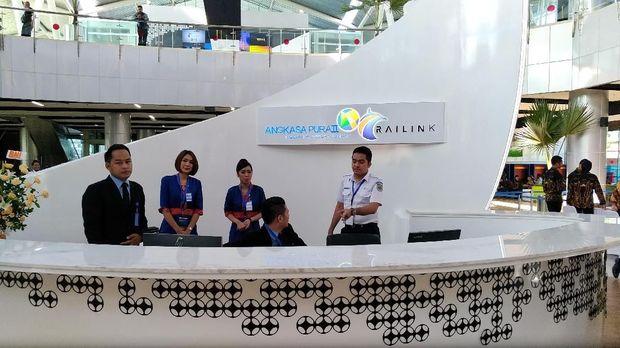 Kereta Bandara ini dioperasikan oleh PT Ralink. Ongkosnya mulai hari ini sebesar Rp 70 ribu.