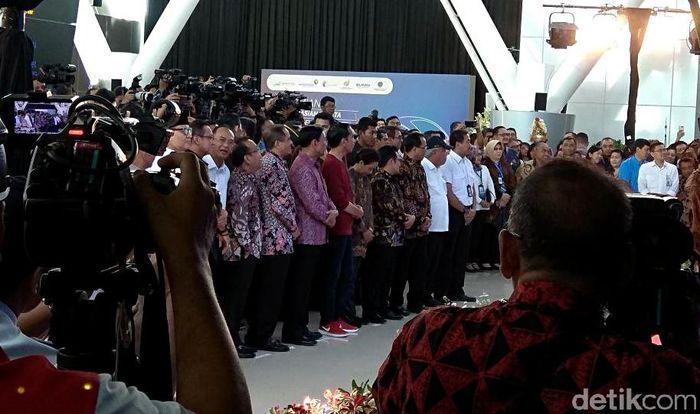 Begini penampakan gaya Presiden Jokowi yang tampil necis mengenakan sneakers merah saat meresmikan engoperasian Kereta Bandara Soekarno Hatta.