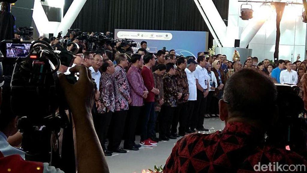 Jokowi Gaul Banget dengan Sneakers Merah