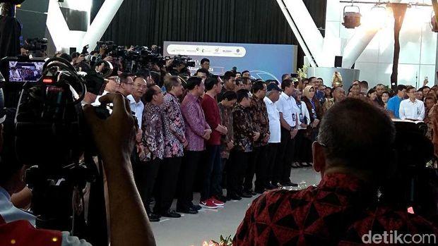 Ini Sneakers Merah yang Dipakai Jokowi Saat Resmikan Kereta Bandara