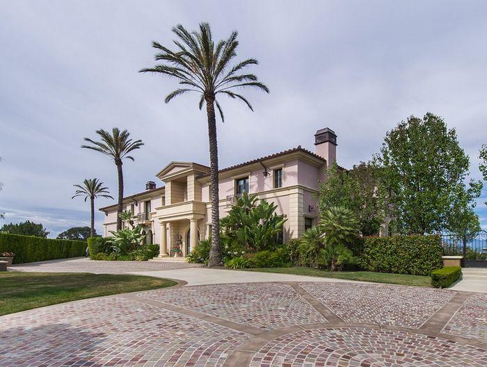 Kini, anda bisa menyewa rumah milik pengusaha atau mantan pemain RHOB, Adrienne Maloof di Beverly Hills, California seharga US$ 150.000 per bulan atau sekitar Rp 2 miliar per bulan. Istimewa/homesoftherich.net.