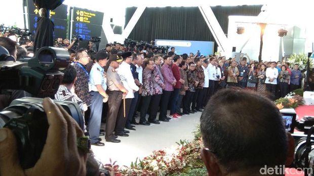 Gaya Matching Jokowi Resmikan Kereta Bandara Soetta