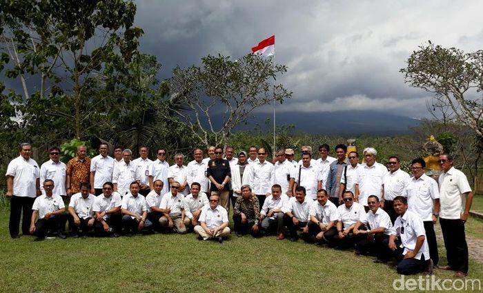 Menteri Energi dan Sumber Daya Mineral (ESDM), Ignasius Jonan, menggelar rapat kerja di Bali. Menariknya, rapat digelar di lokasi dekat Gunung Agung yang saat ini masih berstatus awas.