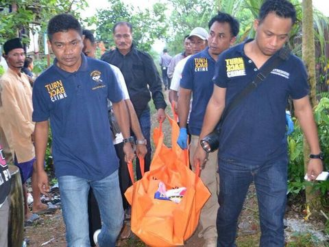 Jenazah Vela dibawa dari TKP pembunuhan